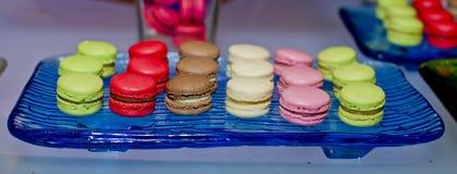 Wystawia Słodkich i colourful francuskich macaroons w przyjęciu Fotografia Royalty Free