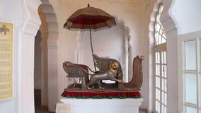 Wystawiony dekoracyjny fracht z lwem i parasolem, zbiory