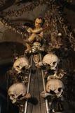 Wystrój ludzkie czaszki i kości w ossuary gotyk Cmentarniany kościół Wszystkie święty w kutna-Hora, republika czech Zdjęcie Royalty Free