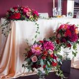 Wystrój nowożeńcy Jedwabniczy tablecloths, czerwień kwiaty Zdjęcia Stock