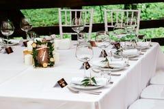 Wystrój przy ślubem Pokoju stół w pięknej drewnianej ramie, dekorującej z liśćmi i cięcie puszkiem Zdjęcia Stock