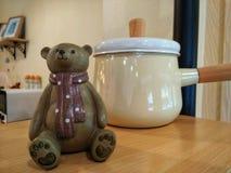 Wystroju niedźwiedzia odzieży szalika model i jasnożółty garnek Fotografia Stock