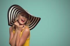 Wystrzał sztuki portret piękna kobieta w kapeluszu niebieska tła Obraz Royalty Free