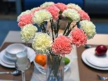wysuszeni bukietów kwiaty władza purpleOrange kwiaty i biali kwiaty w szklanej wazie Obrazy Stock