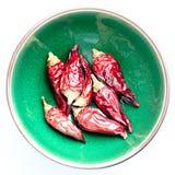 Wysuszeni chili pieprze w zielonym pucharze Obraz Stock