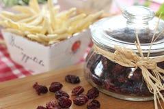 Wysuszeni cranberries w słoju, grissini, słoni kije, fotografia royalty free