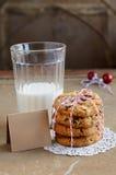 Wysuszeni cranberry ciastka i szkło mleko obrazy royalty free