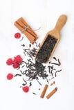 Wysuszeni herbaciani liście, cynamon i malinki na białym drewnianym bac, Obraz Stock