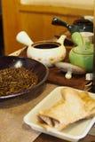 Wysuszeni herbaciani li?cie, upakowani w glinianych garnkach zdjęcie stock