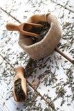 Wysuszeni herbaciani liście na stole Fotografia Stock