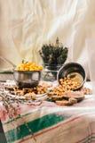Wysuszeni i gotowani chickpeas Jarska proteina Susi tymiankowi sprigs w słoju Zdrowy styl życia i zrównoważony karmowy pojęcie se zdjęcie stock
