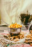 Wysuszeni i gotowani chickpeas Jarska proteina Susi tymiankowi sprigs w słoju Zdrowy styl życia i zrównoważony karmowy pojęcie se zdjęcia stock