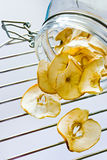 Wysuszeni jabłko plasterki na metal siatce i szklanym słoju Obrazy Royalty Free