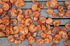 Wysuszeni jabłka na deskach Fotografia Stock
