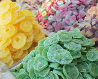 Wysuszeni kiwi, ananasa i cukierki cukierki sprzedający przy języka arabskiego rynkiem, opóźniają Obraz Royalty Free
