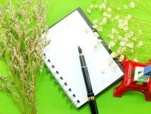 Wysuszeni kwiaty i pusta notatnik strona obrazy stock