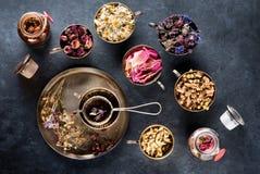 Wysuszeni leczniczy ziele i kwiaty dla ziołowej herbaty obraz stock