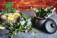 Wysuszeni liście rodzynek w glinianym garnku, cytryny, sezon zimna Obraz Stock