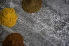 Wysuszeni organicznie pikantność proszki na marmurowym kuchennym worktop tle fotografującym z góry obrazy stock