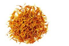 Wysuszeni pomarańczowi kwiatostany krokosza barwidło kłamają w postaci okręgu Łaciny carthamus imię tinctorius Odizolowywający na zdjęcia stock