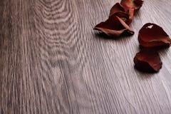Wysuszeni różani płatki na drewnianym tle zdjęcia stock