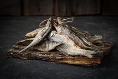 Wysuszeni rybi kłamstwa na zmroku kamienia powierzchni Zdjęcia Royalty Free