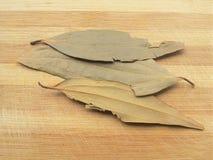 Wysuszeni zatoka liście na drewnianym tle Fotografia Stock