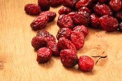 Wysuszona cranberry owoc na drewnianym na stole Obrazy Royalty Free