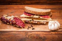 Wysuszona kiełbasa i ser z dziurami dla śniadania zdjęcie stock
