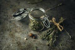 Wysuszona macierzanka w szklanym słoju Fotografia Stock