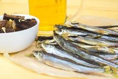 Wysuszona ryba blisko czosnków croutons na tle szkło Zdjęcia Stock