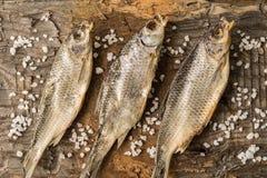 Wysuszona ryba kłama na drewnianej powierzchni fotografia royalty free