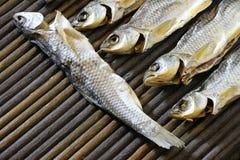 Wysuszona ryba na drewnianym stole Zdjęcia Stock