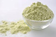 Wysuszona zielona grochowa mąka - alternatywy bezpłatna mąka dla piec i gotować, na bielu obraz royalty free