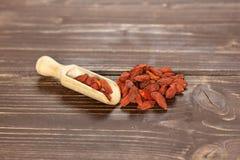 Wysuszone czerwone goji jagody na brązu drewnie obrazy royalty free