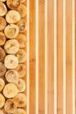 Wysuszone figi kłama na bambus macie Zdjęcia Royalty Free