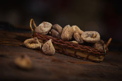 Wysuszone figi w małym koszu na drewnianym tle Obrazy Royalty Free