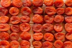 Wysuszone morele, wysuszone owoc na, wprowadzać na rynek kontuar Odgórny widok obrazy stock