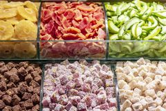 Wysuszone owoc i turecki zachwyt na workbench zdjęcie stock