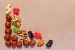 Wysuszone owoc na unbleached papierze Deserowa mieszanka obraz stock