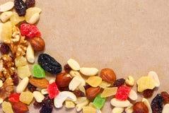 Wysuszone owoc na unbleached papierze Deserowa mieszanka zdjęcie stock