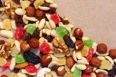 Wysuszone owoc na unbleached papierze Deserowa mieszanka zdjęcia stock