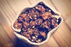 Wysuszone pęcherzyc owoc w jutowej torbie Zdjęcia Stock