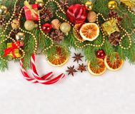 Wysuszone pomarańcze, rożki, Bożenarodzeniowe dekoracje i spruse, rozgałęziają się fotografia stock