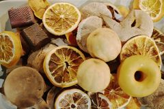 Wysuszone pomarańcze i czekolada Chrismas czas obraz stock