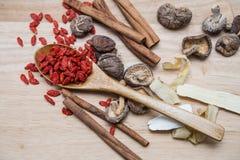 Wysuszony chili na drewnianym tle Zdjęcie Royalty Free