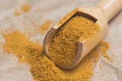 Wysuszony curry'ego proszek w pomiarowej łyżce Obrazy Royalty Free