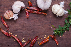Wysuszony czerwony chili i czosnek na drewnianym tle Fotografia Stock