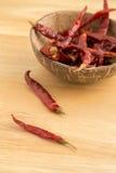 Wysuszony czerwony chili na drewnianym tle Zdjęcie Royalty Free
