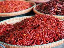 Wysuszony czerwony chili w koszu dla bubla Obrazy Stock